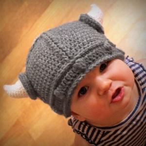 Dětská zimní čepice ve tvaru Vikingské helmy