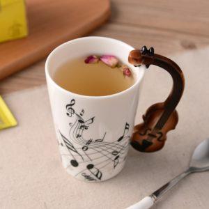 Keramický hrneček s hudebními nástroji