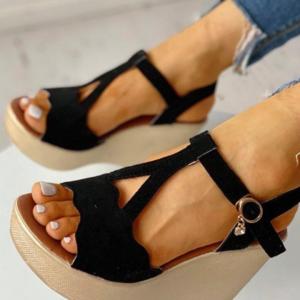 Dámské sandálky na klínovém podpatku s přívěskem na pásku