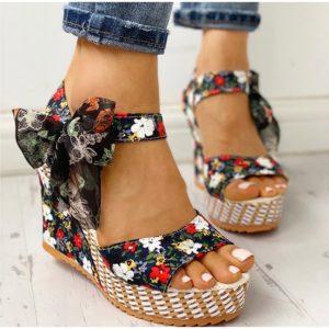 Nádherné květinové sandálky s mašlí na klínku